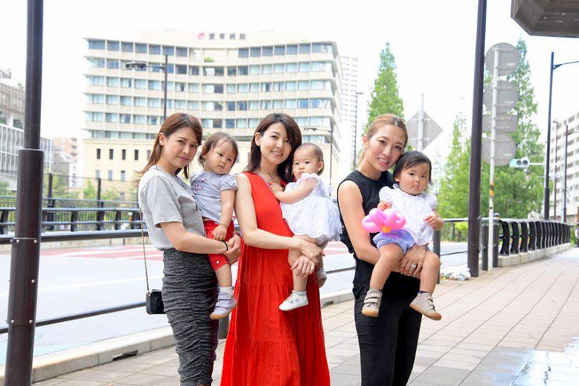 それぞれ子供を抱いている3人の女性