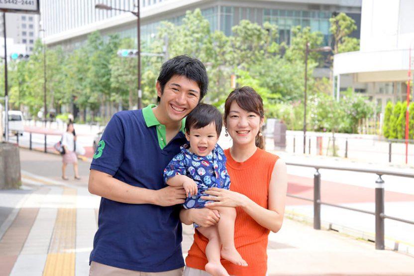 笑顔の赤ちゃんとお母さんとお父さん