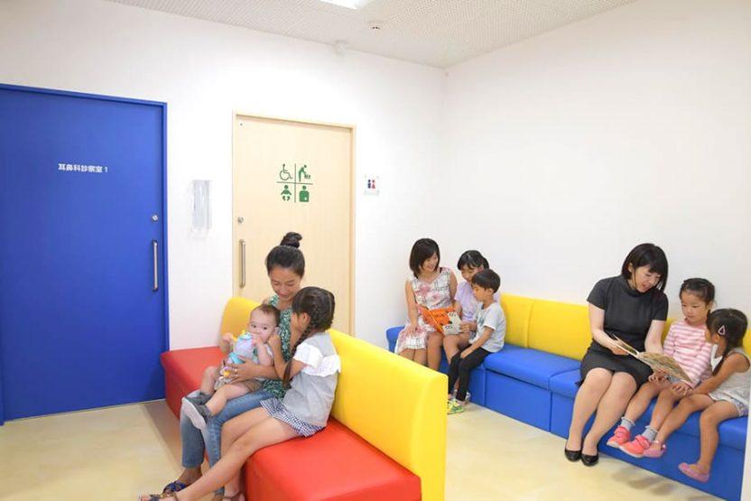 待合室で待っている複数組の親子